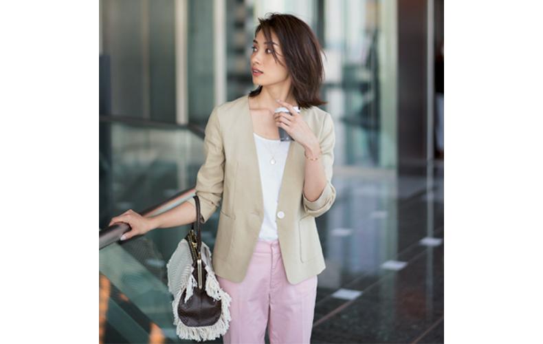 【4】ピンクパンツ×ベージュジャケット×白Tシャツ