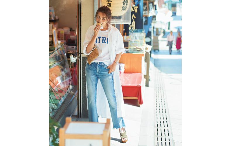 【3】白Tシャツ×デニムパンツ×白ロングシャツワンピース