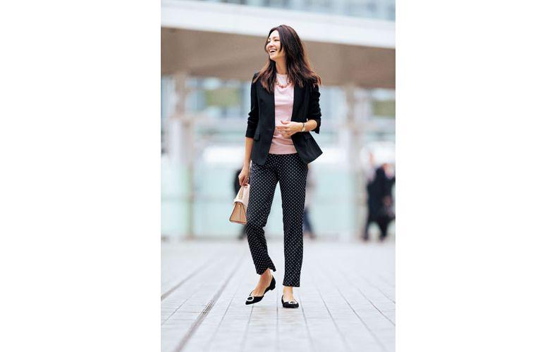【3】黒ジャケット×ピンクタンクトップ×ドット黒ズボン
