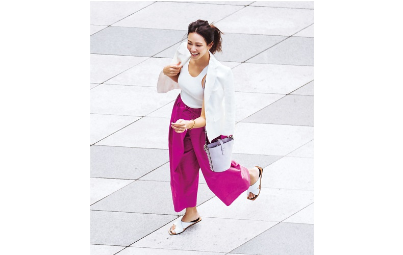 【1】白タンクトップ×ピンクワイドパンツのアスレジャーコーデ