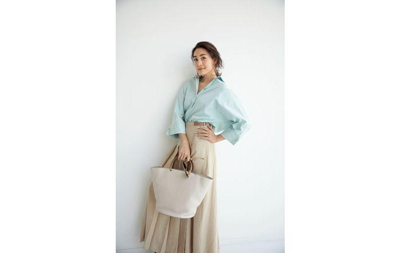 【10】水色シャツ×ロングスカート×マックスマーラのバッグ
