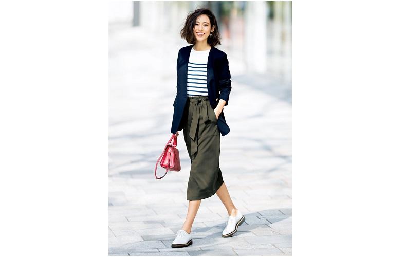 【1】ネイビージャケット×ボーダーニット×カーキタイトスカート