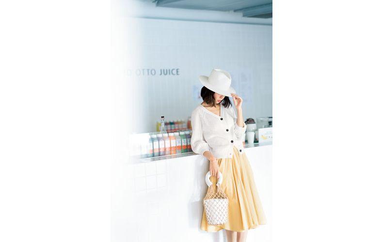 【4】白カーディガン×イエロースカート