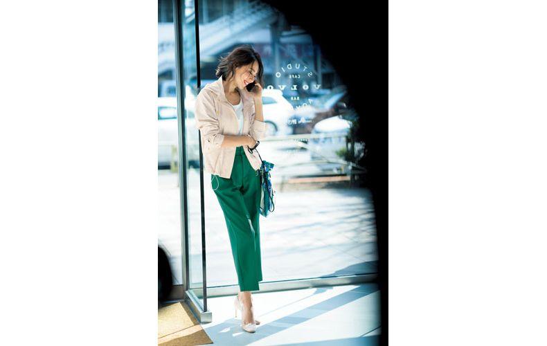 【10】ベージュブルゾン×白Tシャツ×緑パンツ