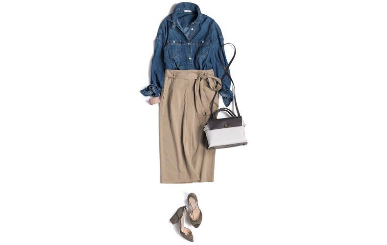 【2】デニムシャツ×ベージュタイトスカート