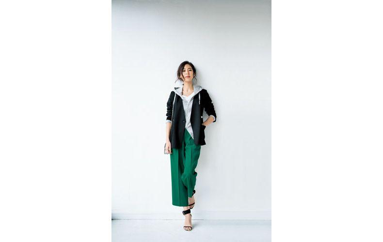 【1】白Tシャツ×緑パンツ×グレーパーカー×黒ジャケット