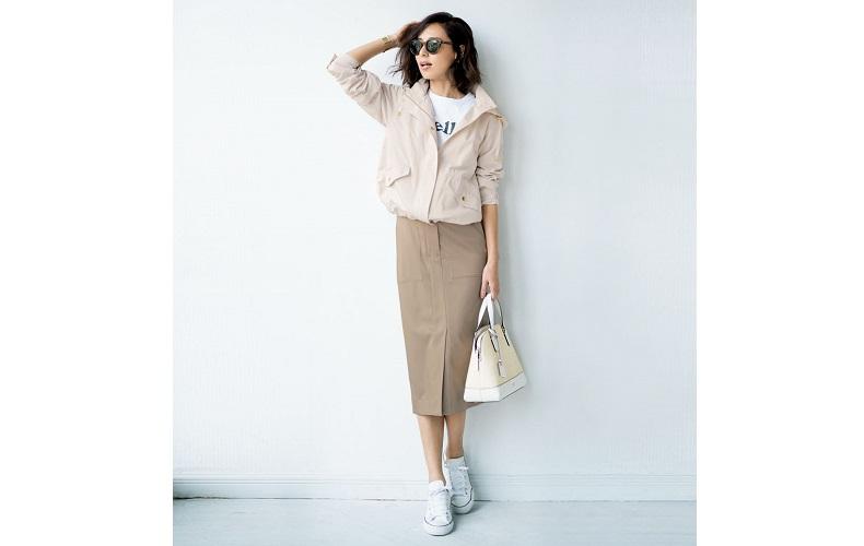 【5】白ブルゾン×白Tシャツ×ベージュスカート×白スニーカー