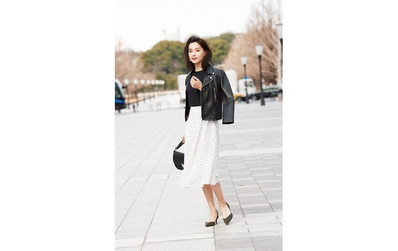 【9】黒ライダースジャケット×黒Tシャツ×GUの白フレアスカート