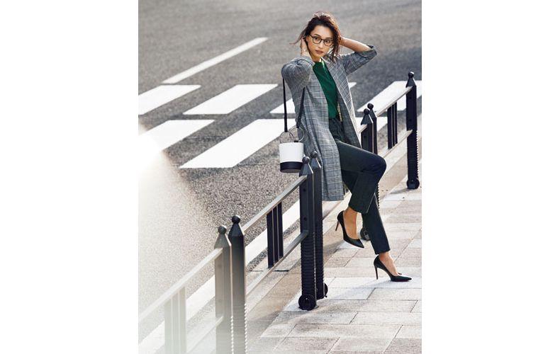 【2】チェックコート×緑カットソー×黒ズボン