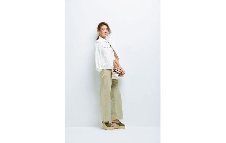 【5】白Tシャツ×ベージュワイドパンツ×白Gジャン