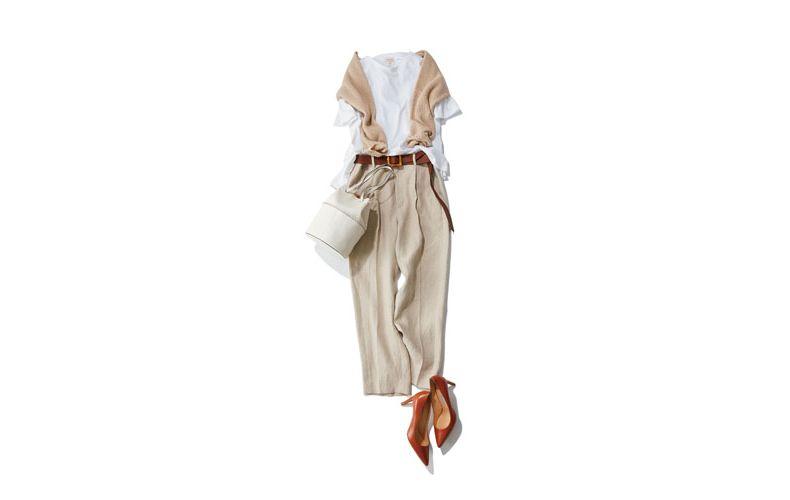 【5】白カットソー×ベージュパンツ×J&Mデヴィッドソンのバッグ