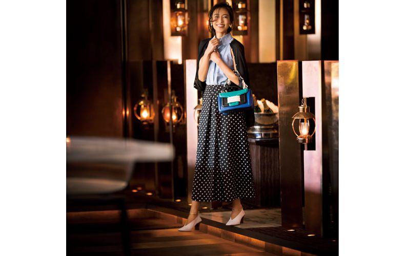 【4】黒カーディガン×ノースリーブ水色シャツ×ドットスカート
