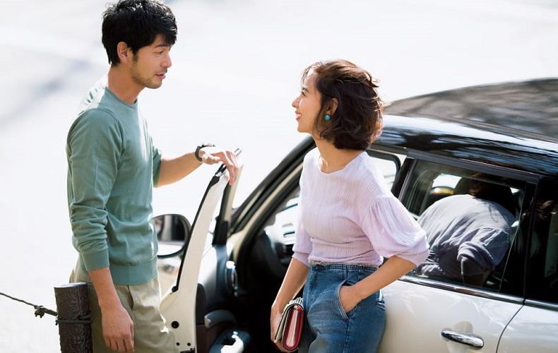 【1】ラベンダープルオーバー×デニムパンツのドライブデートコーデ