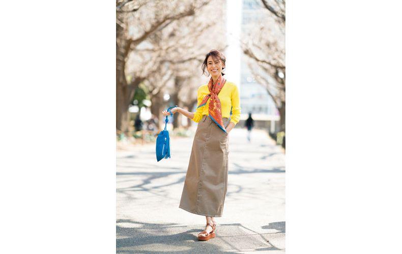 【2】黄色カーディガン×ベージュロングスカート