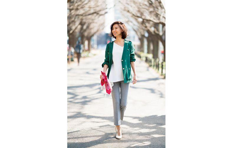 【1】緑ジャケット×白プルオーバー×グレーパンツ