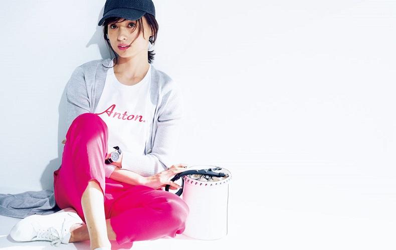 【2】グレーカーディガン×白Tシャツ×ピンクパンツ×白スニーカー