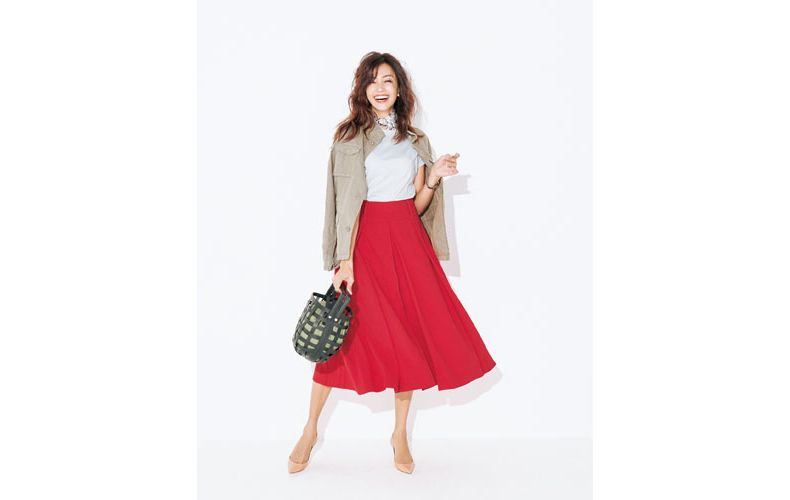 【1】グレーTシャツ×ジャケット×赤フレアスカート