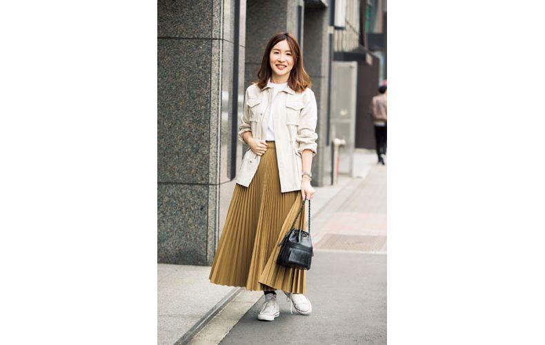 【9】白Tシャツ×ベージュプリーツスカート×ベージュブルゾン