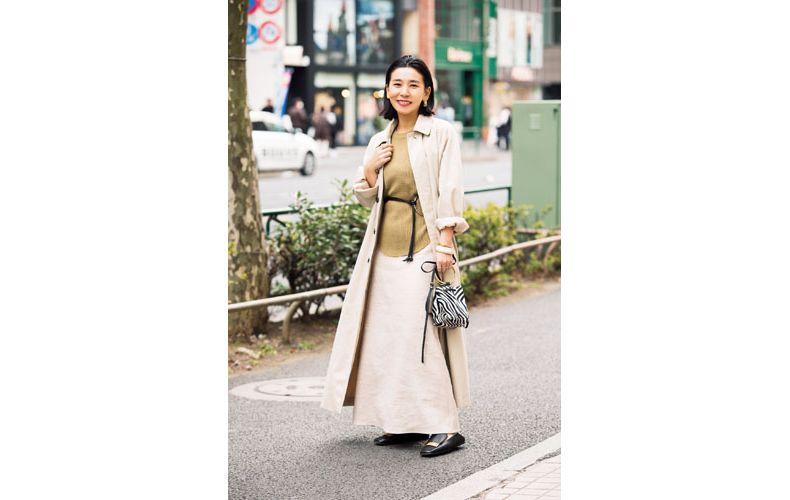 【1】カーキカットソー×ベージュロングスカート×ベージュステンカラーコート