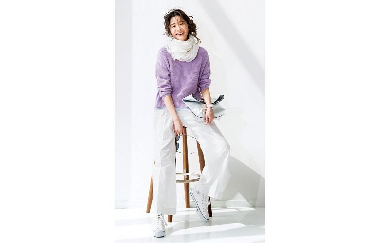 【4】紫ニット×白ワイドパンツ×白スニーカー