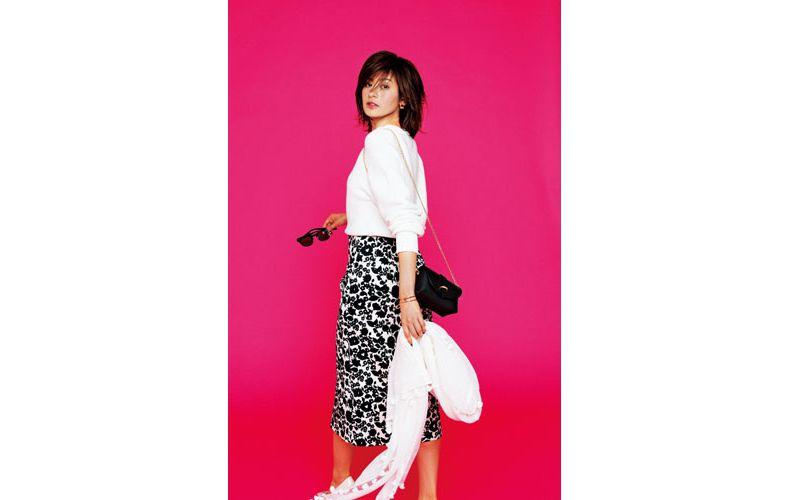 【2】白ニット×黒花柄スカート