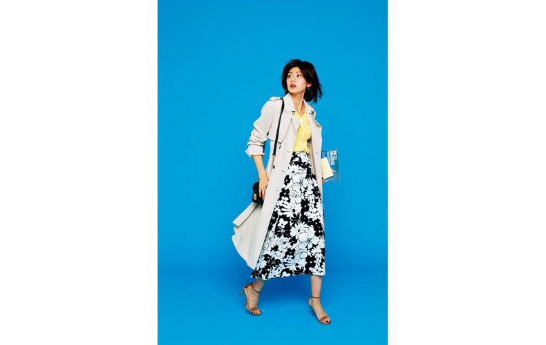 【4】ベージュコート×黄色カーディガン×花柄スカート
