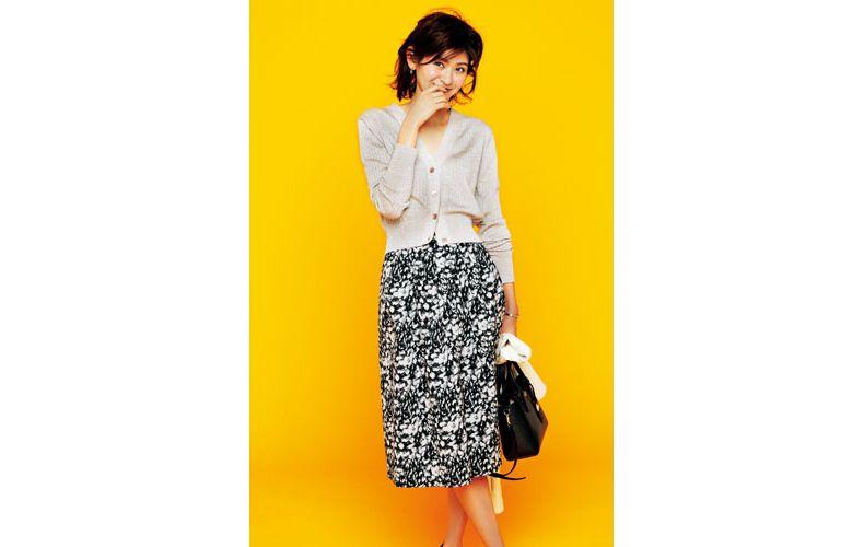 【1】ベージュカーディガン×黒花柄スカート
