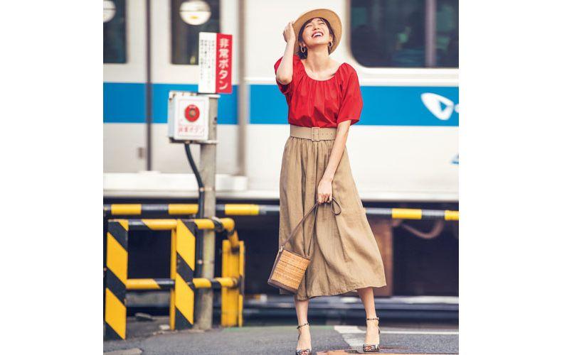 【5】ベージュフレアスカート×赤トップス