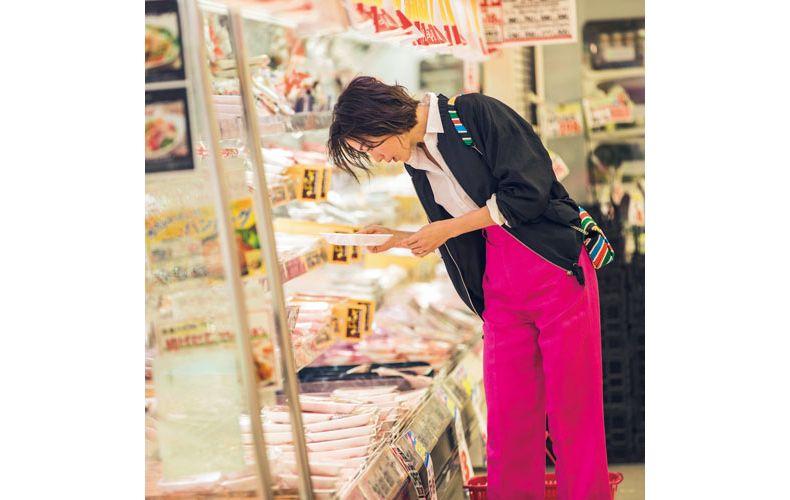 【8】黒ブルゾン×ピンクパンツ×白シャツ
