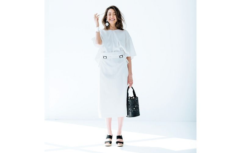 【5】白ブラウス×白タイトスカート