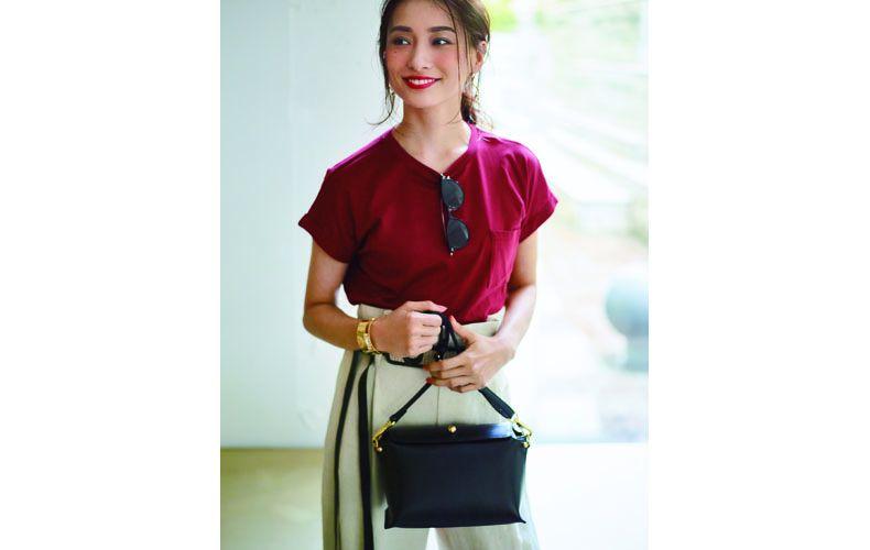 【4】赤Tシャツ×ベージュパンツ×黒ショルダーバッグ
