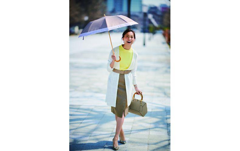 【5】黄色ニット×白ロングカーディガン×ベージュタイトスカート