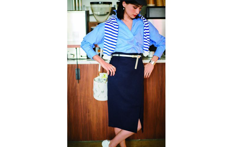 【6】水色シャツ×カーディガン×ネイビータイトスカート