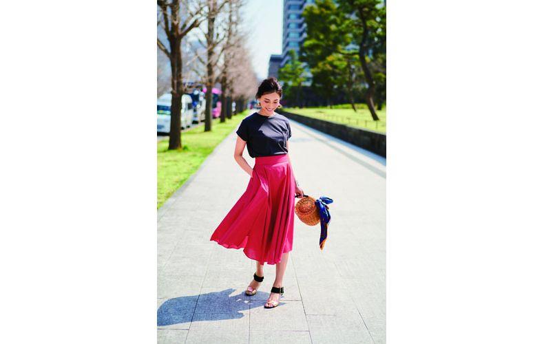 【10】黒Tシャツ×赤フレアスカート
