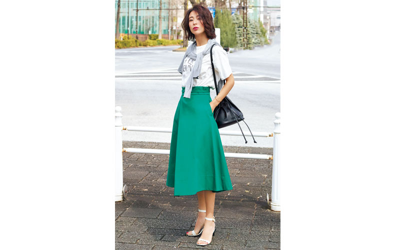 【2】白Tシャツ×緑フレアスカート×黒ショルダーバッグ