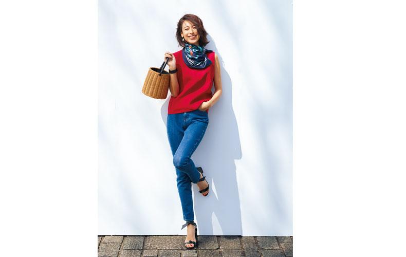 【1】赤ブラウス×デニムパンツのデートコーデ