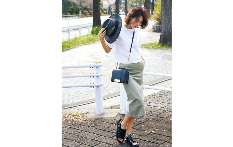【3】白Tシャツ×カーキタイトスカート×黒麦わら帽子