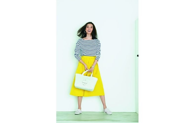 【2】ボーダーカットソー×黄色フレアスカート×白スニーカー