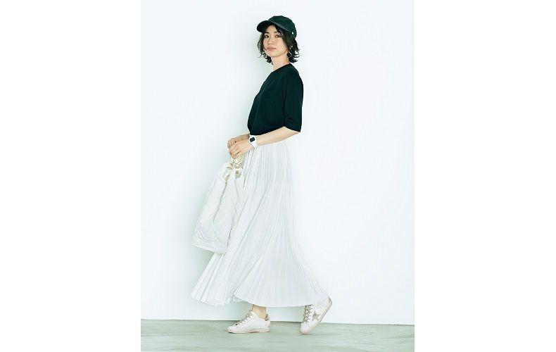 【3】黒ニット×スニーカー×白ロングプリーツスカート