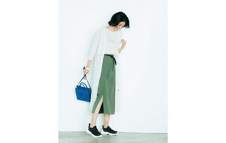 【4】白ブラウス×白ロングカーディガン×カーキタイトスカート