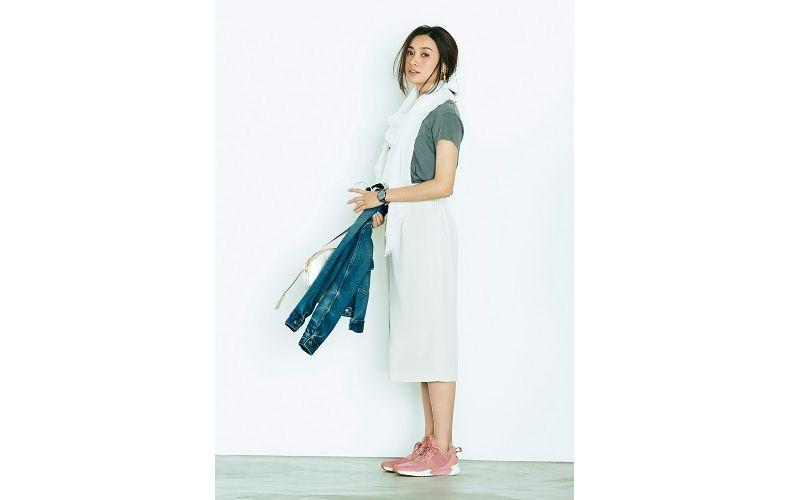 【3】Gジャン×グレーTシャツ×白タイトスカート×ピンクスニーカー