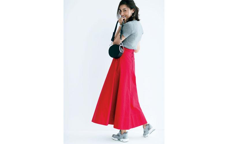 【2】半袖グレーニット×スニーカー×赤ロングスカート