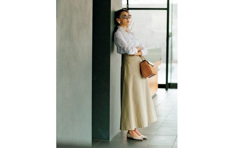 【5】ベージュロングスカート×長袖白シャツ