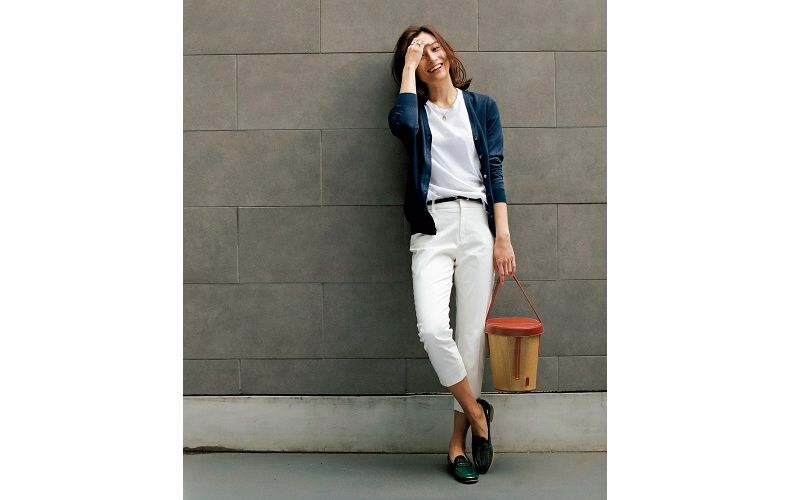 【8】白Tシャツ×ネイビーカーディガン×白パンツ