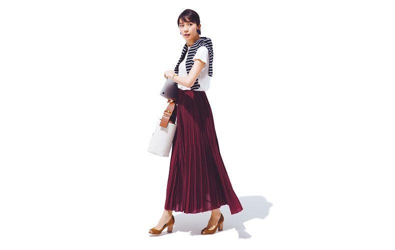 【6】ボルドーロングプリーツスカート×半袖白Tシャツ