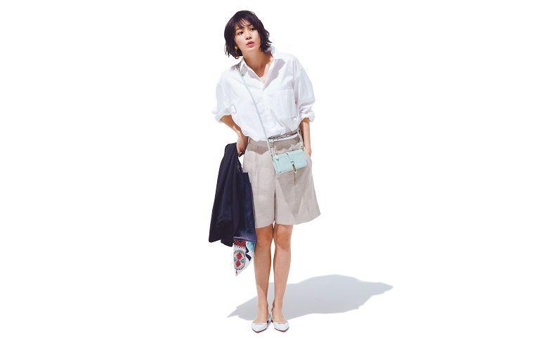 【8】白シャツ×ショートパンツ×白ぺたんこ靴
