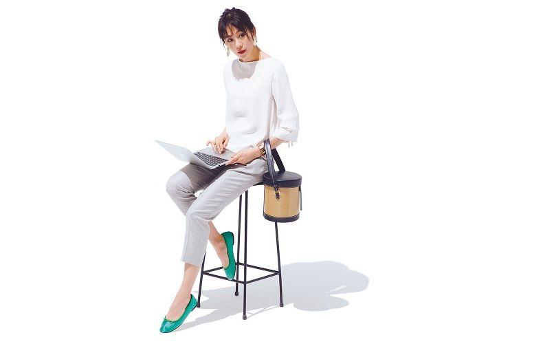 【5】白ブラウス×緑ぺたんこ靴×グレーパンツ
