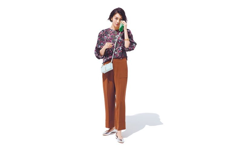 【1】花柄ブラウス×茶ワイドパンツ×白ショルダーバッグ