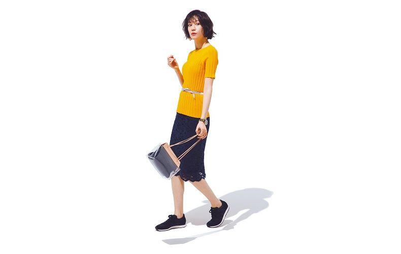 【7】半袖黄色ニット×ネイビーレーススカート×黒スニーカー
