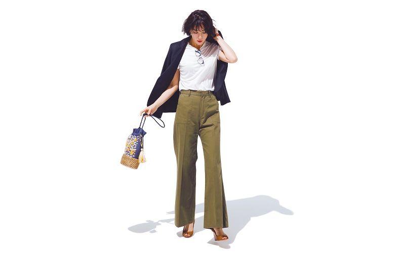 【6】白Tシャツ×カーキワイドパンツ×黒テーラードジャケット